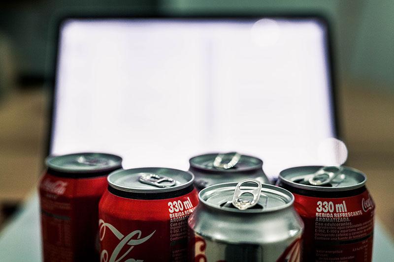 Des1gn ON - Dicas infalíveis para melhorar rendimento no trabalho de forma saudável - refrigerante
